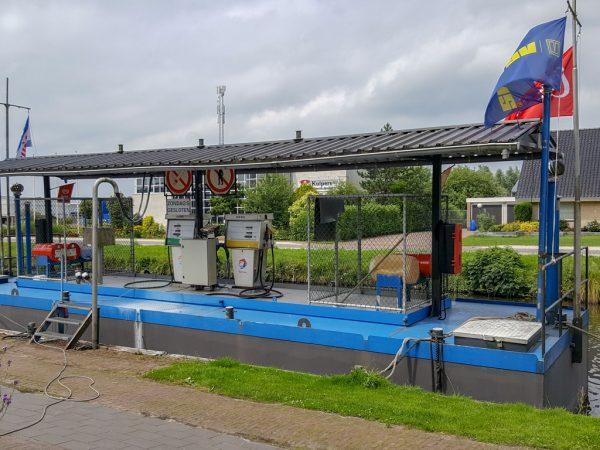 Tanken aan het water naast Passantenhaven 'De 4 Elementen'